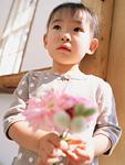花を持つ女の子