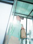 エレベーターに乗る女性