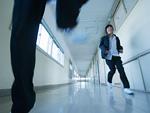廊下を走る中学生
