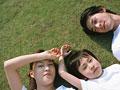 芝生に横たわる親子