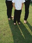 芝生に立つ親子