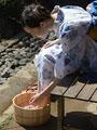 水桶に足を浸す女性