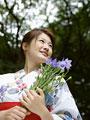 浴衣の女性と花