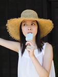 アイスキャンディーを食べる女性