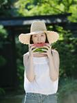 スイカを食べる女性
