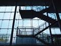 階段のシルエットと窓