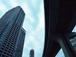 高層ビルと鉄道橋