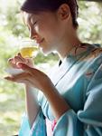 冷茶を飲む浴衣の女性