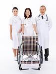 車椅子を持つ医師と看護師