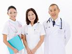 笑顔の医師と看護師