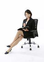 椅子に座るビジネスウーマン