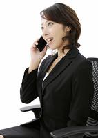 携帯電話で話すビジネスウーマン