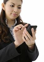 携帯電話を操作するビジネスウーマン