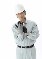 作業準備をする建設作業員