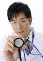 聴診器を持つ医師