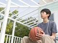 バスケットボールを持つ男の子