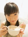 カフェラテを飲む女の子