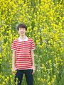 菜の花畑に立つ男の子