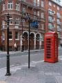 街角の標識と電話ボックス