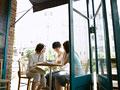 オープンカフェの若者