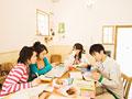 カフェで勉強する若者
