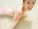 ビーチで遊ぶ女性