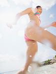 ビーチを走る女性