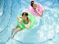 プールで遊ぶ女性