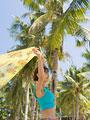 ビーチに佇む女性