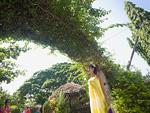 庭園に立つ女性