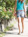 散歩をする女性