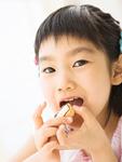 クッキーを食べる女の子