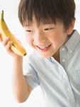 バナナを持つ男の子