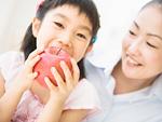 リンゴを食べる女の子