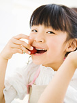 イチゴを食べる女の子