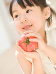 トマトを持つ女の子