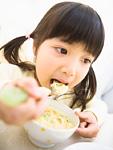 コーンチャウダーを食べる女の子