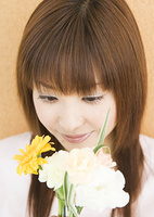 花束を見つめる女性