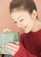 プレゼントを見つめる女性