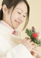 クリスマスリースを持つ女性