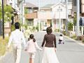 タイトル:散歩をする親子
