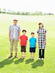 草原に立つ親子