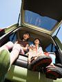 車のトランクに座る子供