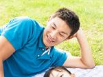 芝生に寝転ぶ父親