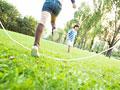 縄跳びで遊ぶ子供