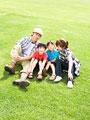 草原に座る親子