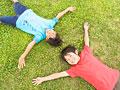 芝生に寝転ぶ子供