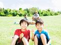 草原に座る子供
