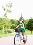 自転車に乗る少年