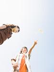 玩具の飛行機で遊ぶ子供